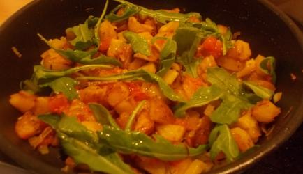 Knapperig gebakken aardappeltjes met paprika tomaat ui en rucola