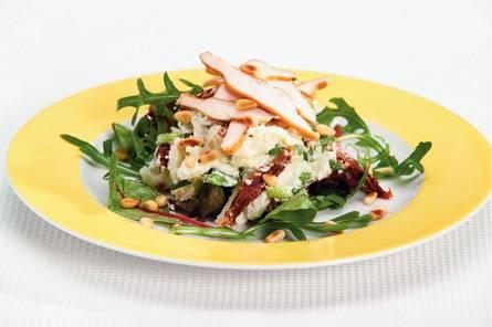 Aardappelsalade met kip en pijnboompitten