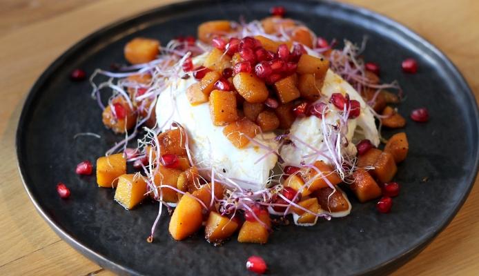 Burrata met zoet geroosterde pompoen en granaatappel