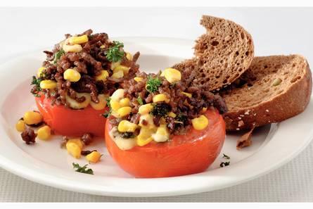 Gevulde tomaat met gehakt en maïs