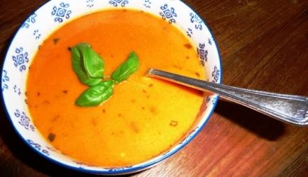 Romige italiaanse tomatensoep met mascarpone en rode pesto ...