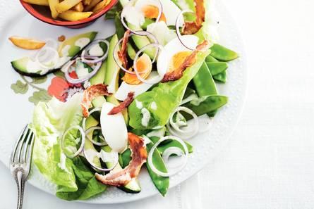 Salade met avocado en caesardressing