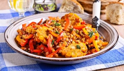 Lauw-warme linzensalade met mais etc voor een maaltijd of bij de ...