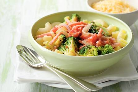 Macaroni met broccoli en ham in roomsaus