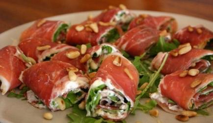 Hapje van rauwe ham, roomkaas, rucola en pijnboompitten ...