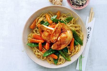 Noedels met kip, wortels en peultjes uit de oven