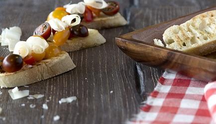 Geroosterd brood met gebakken cherrytomaten en parmesan ...