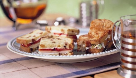Rozijnenbrood-sandwiches met appel en aardbeien recept ...