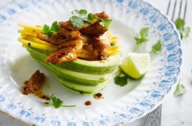 Gevulde avocado met kip &; mango recept