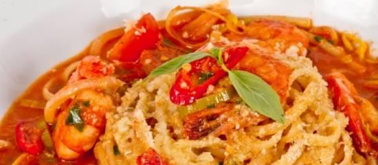 Makkelijke pasta met garnalen, chilisaus en creme fraiche ...