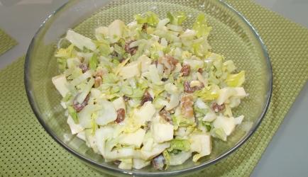 Bleekselderij-appel-rozijn-walnoot salade met honing-mosterd ...