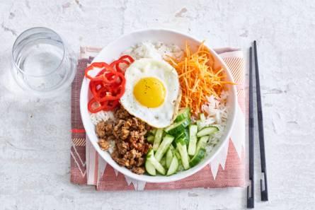 Koreaanse bibimbap met gehakt en ei