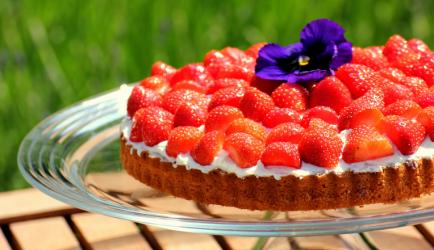 Amandelcake met vanille-mascarponecreme en aardbeien recept ...