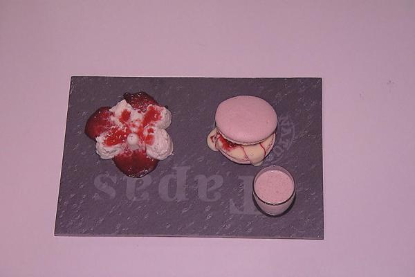 Panna cotta met rood fruit, roze macarons met framboos en ...