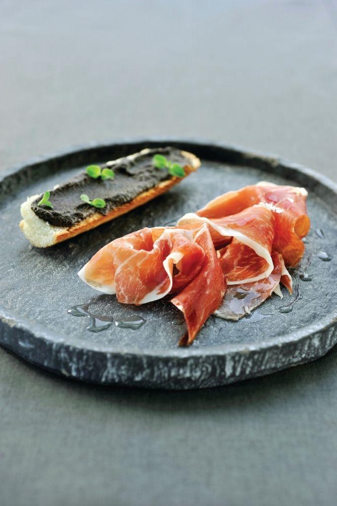 Recept 'stokbroodje met iberico ham en emulsie van zwarte olijven ...