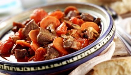 Snel italiaans rundvleesstoofpotje met tomaat wortel en rode wijn ...