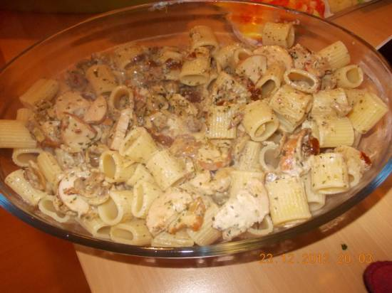 Pastasaus met gerookte kipfilet, pesto en gedroogde tomaten ...
