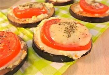 Aubergine borrelhapjes met tomaat, roomkaas en mozzarella