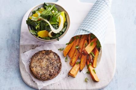Groenteburger met spinazie en zoete-aardappelfrites