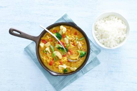 Kruidige indiase curry met zacht gegaarde kiphaasjes
