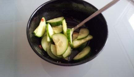 Frisse komkommersalade bij nasi of bami recept