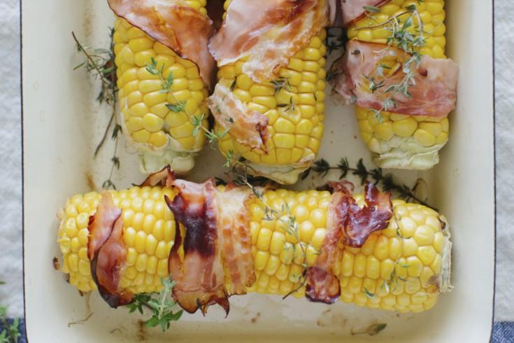 Geroosterde maïskolven met bacon uit de oven