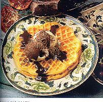 Eigengemaakt wafels met ijs en warme chocoladesaus recept ...