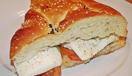 Warm turks brood met tomaten, feta en uien recept