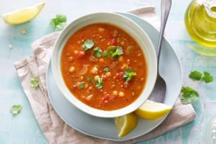 Rijkgevulde kruidige linzensoep met tomaat en kikkererwten ...