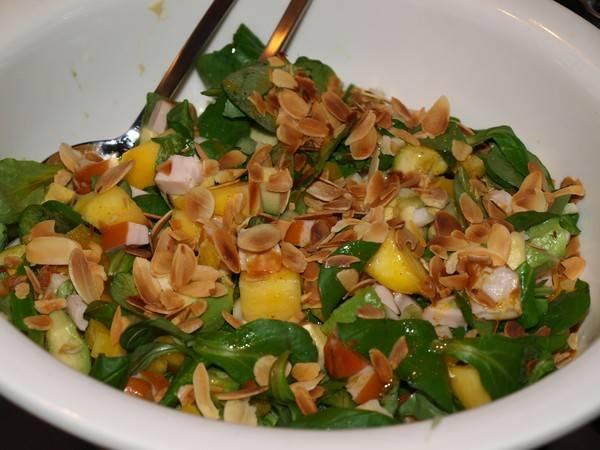 Maaltijdsalade mango, avocado, gerookte kip en meer... recept ...