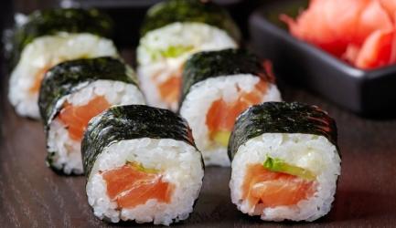 Sushi rolletjes met zalm, avocado en komkommer op twee manie ...