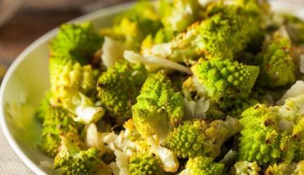 Salade van romanesco met amandelschilfers en ...