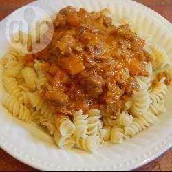 Pasta met gehakt en ananas in curry-roomsaus recept