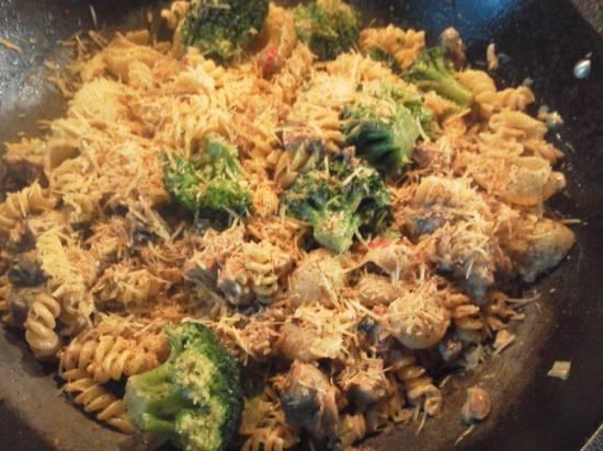 Pasta met broccoli, kip, roomkaas en noten ...
