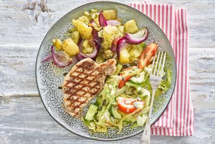 Gegrilde filetlapjes met ovenaardappel en frisse salade