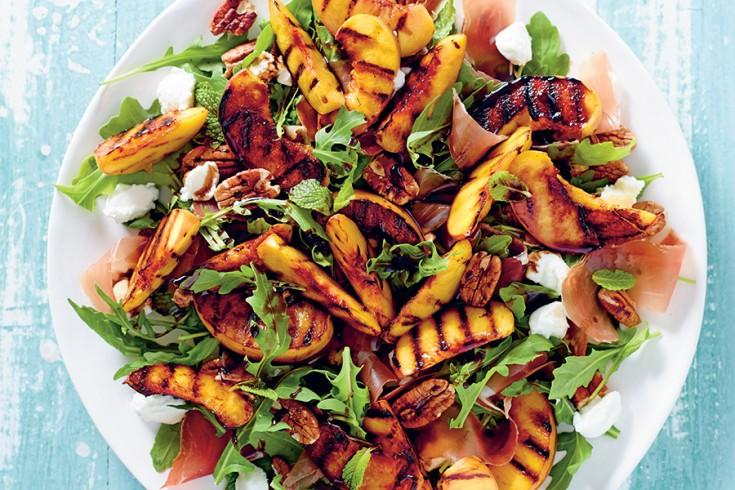 Salade met geroosterde perzik, pecannoten en prosciutto van matt ...