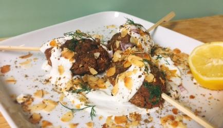 Vegetarische kebabs met yoghurt-za'atarsaus recept