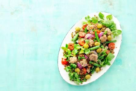 Rijkgevulde maaltijdsalade niçoise met tonijn en linzen