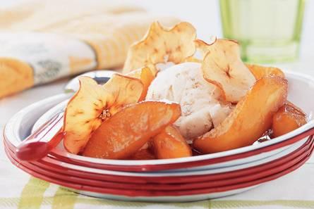 Gebakken appel en appelchips met ijs