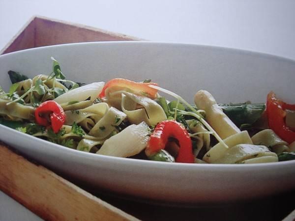Pastasalade met witte en groene asperges recept