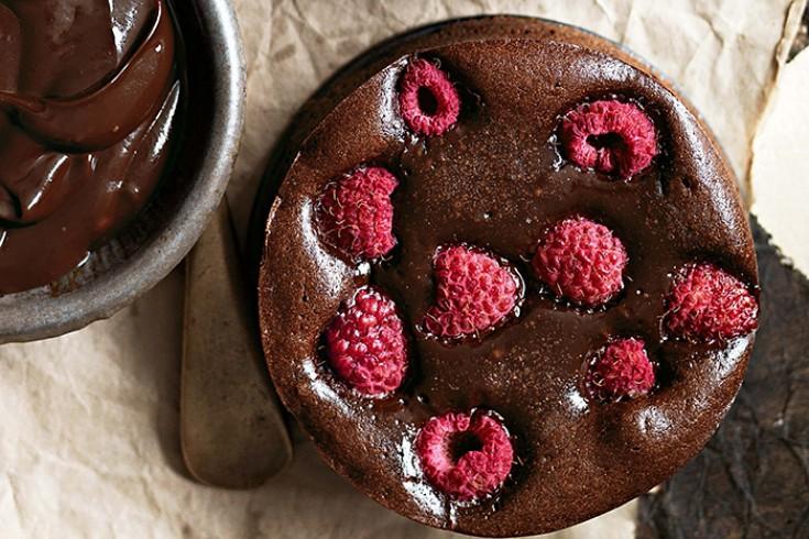 Brownietaartjes met pure chocola en frambozen van donna hay ...