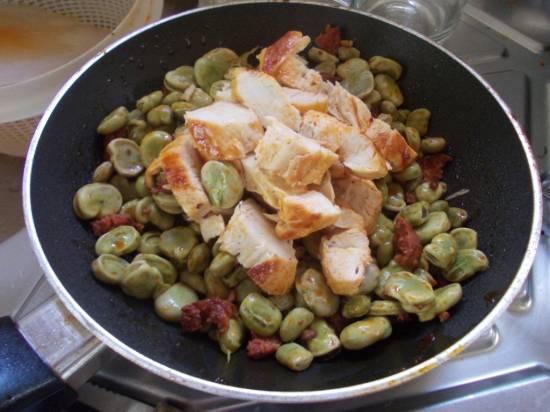 Kipfilet met tuinbonen, chorizo en tijm recept