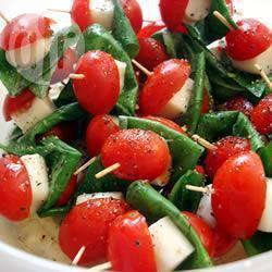 Mozzarellaprikkers met tomaat en basilicum recept