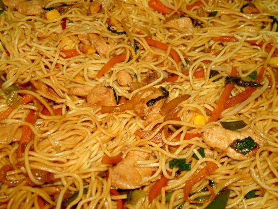 Chow mein met kipfilet, garnalen en veel groenten recept ...