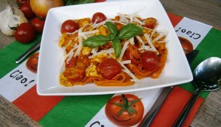 Snelle pasta met kip, tomaatjes, mozzarella en (rode)pesto recept ...