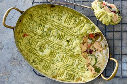 Romige zalmschotel met groente onder een pureedakje