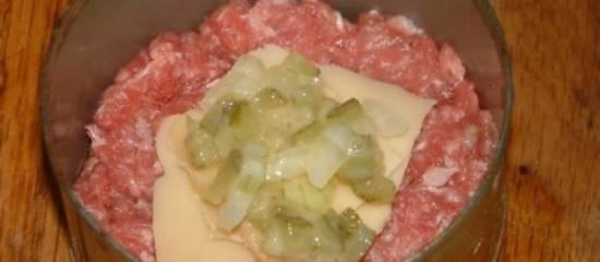 Hamburger met kaas vulling verscholen in een kruis van spek ...