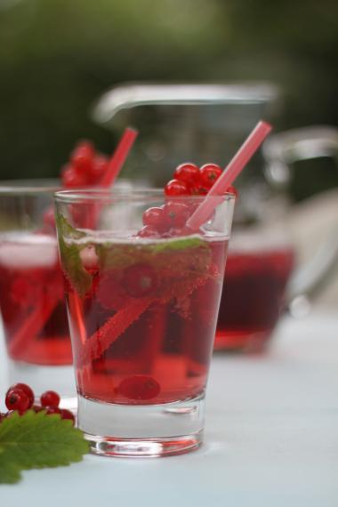 Recept 'limonade van rode besjes met citroenmelisse'