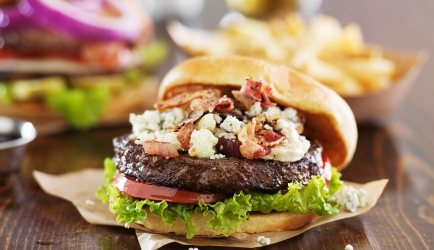 Hamburgers met blauw kaas en bacon recept