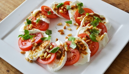 Caprese salade met een dressing van o.a. mosterd en verse basilicum